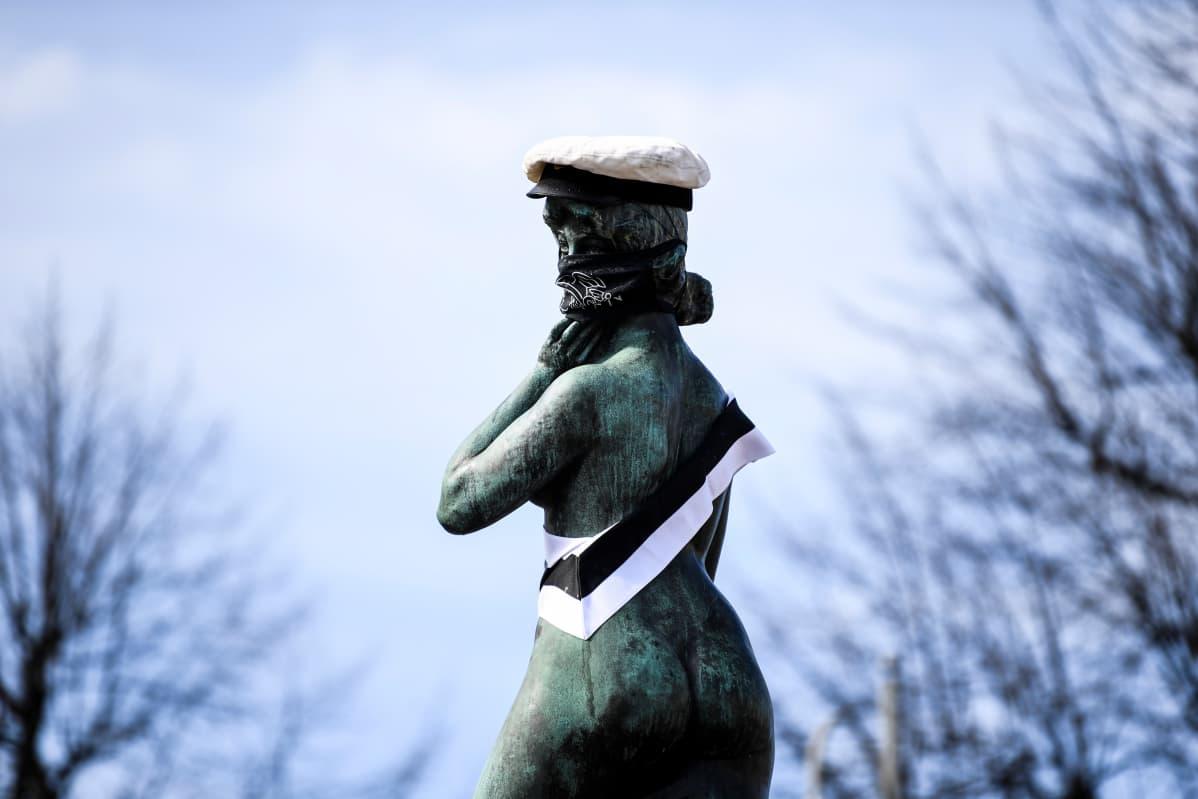 Svenska handelhögskolans studentkår pesi ja lakitti Havis Amanda -patsaan 20. húhtikuuta.