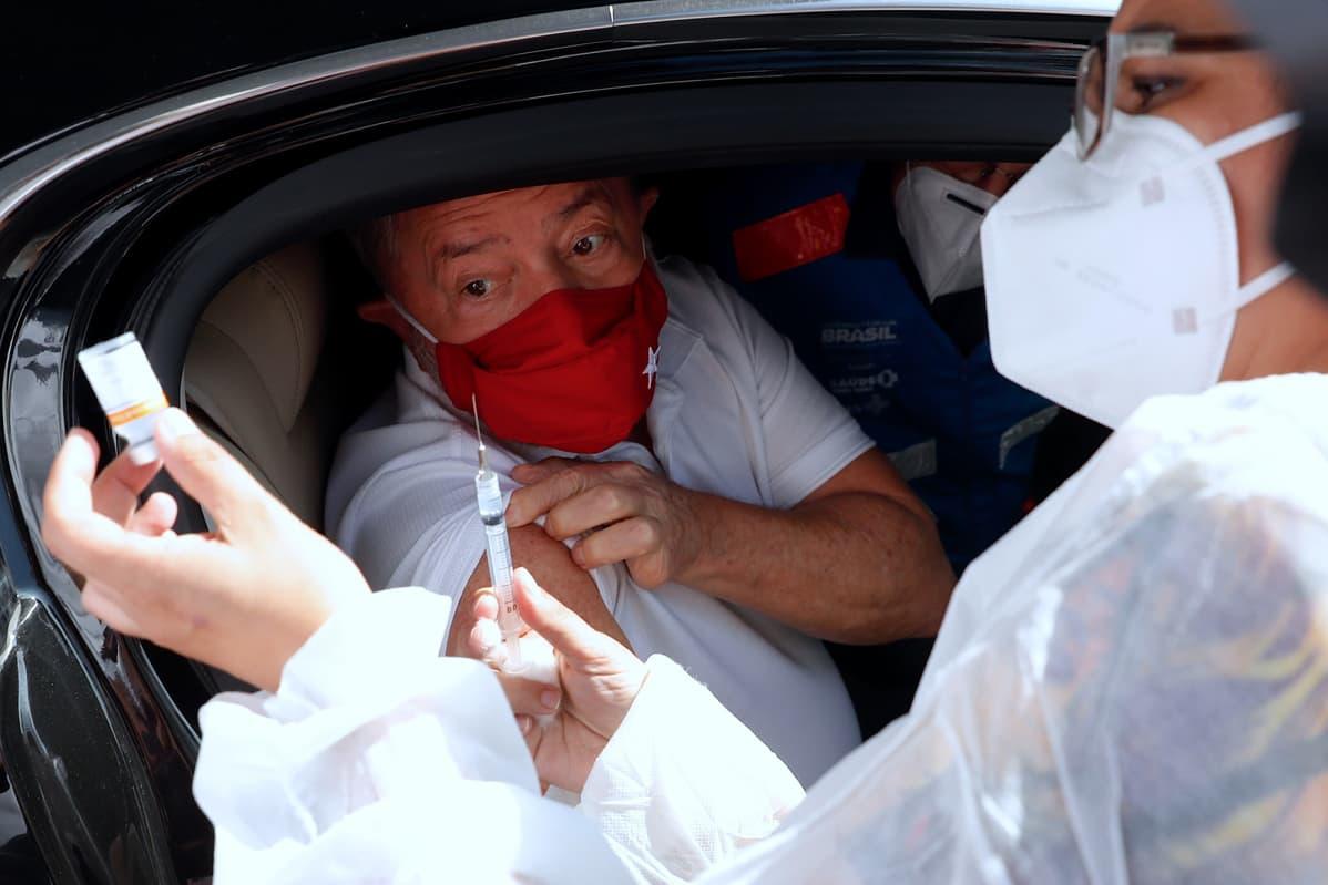 Luiz Inacio Lula da Silva saa rokotteen.