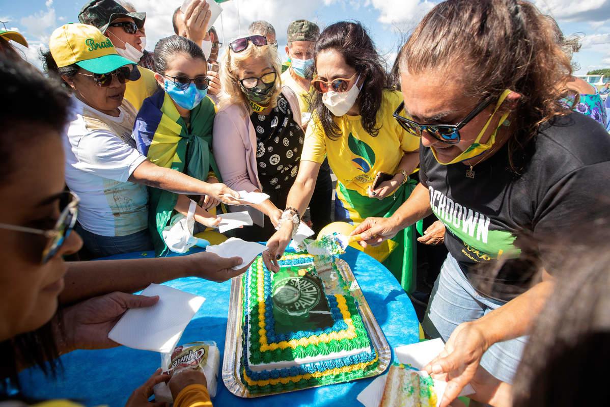 Jair Bolsonaron tukijat leikkaavat kakkua maaliskuussa.
