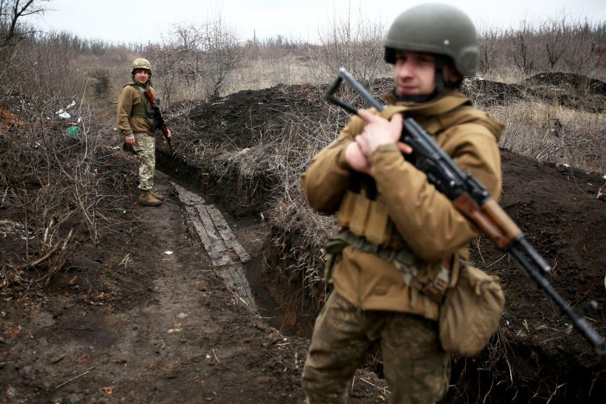 Ukrainan armeijan sotilaat partioivat raja-alueella.
