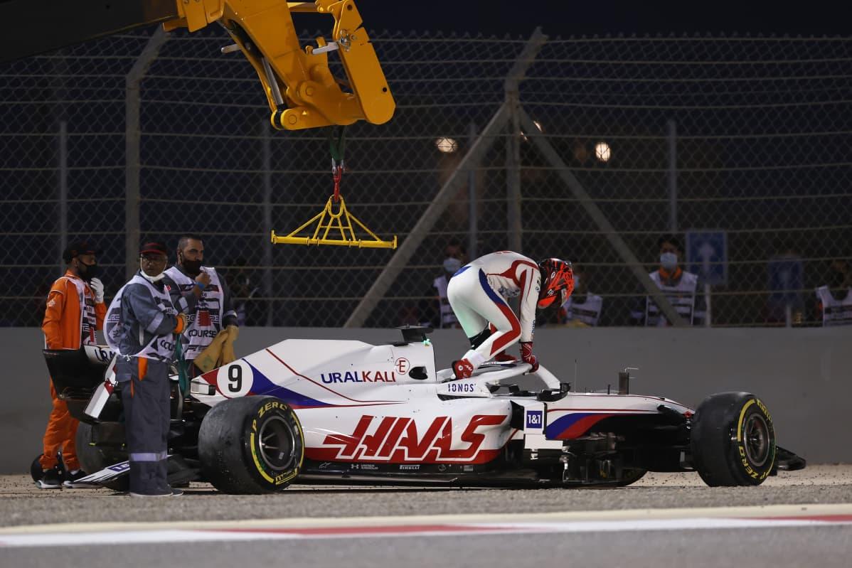 Nikita Mazepinin avausosakilpailu formula ykkösissä päättyi ulosajoon jo avauskierroksella.