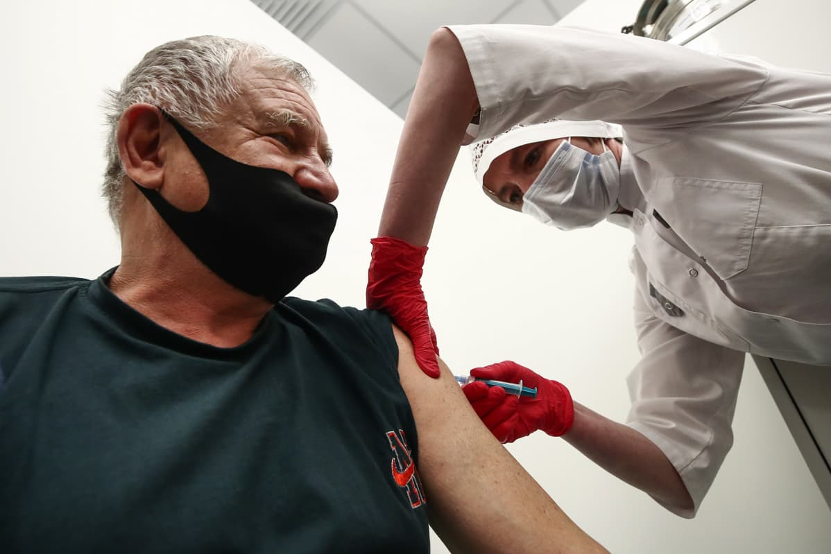 Moskovalaisen ostoskeskuksen rokotuspisteellä annettiin Sputnik-rokotteita.
