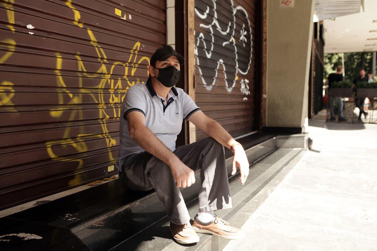 Francisco Daschaga istuu Sao Paulon kadulla.