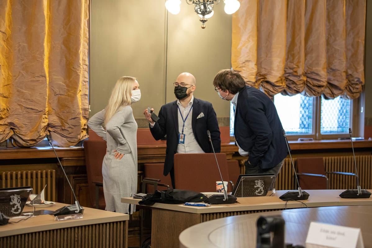 Maria ohisalo Säätytalon neuvotteluhuoneessa.