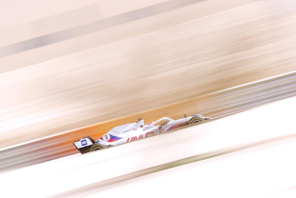 Mazepinien sponsorisopimuksen myötä Haasin F1-auto on maalattu Venäjän lipun väreihin. Auton värimaailma on herättänyt ihmetystä, koska Venäjän dopingrangaistuksen vuoksi maan kansallistunnukset ovat kiellettyjä Maailman antidopingtoimiston Wadan alaisissa kilpailuissa. Wada tutki keväällä asiaa, mutta päätti, että yhdysvaltalaistalli saa käyttää värejä autossaan.