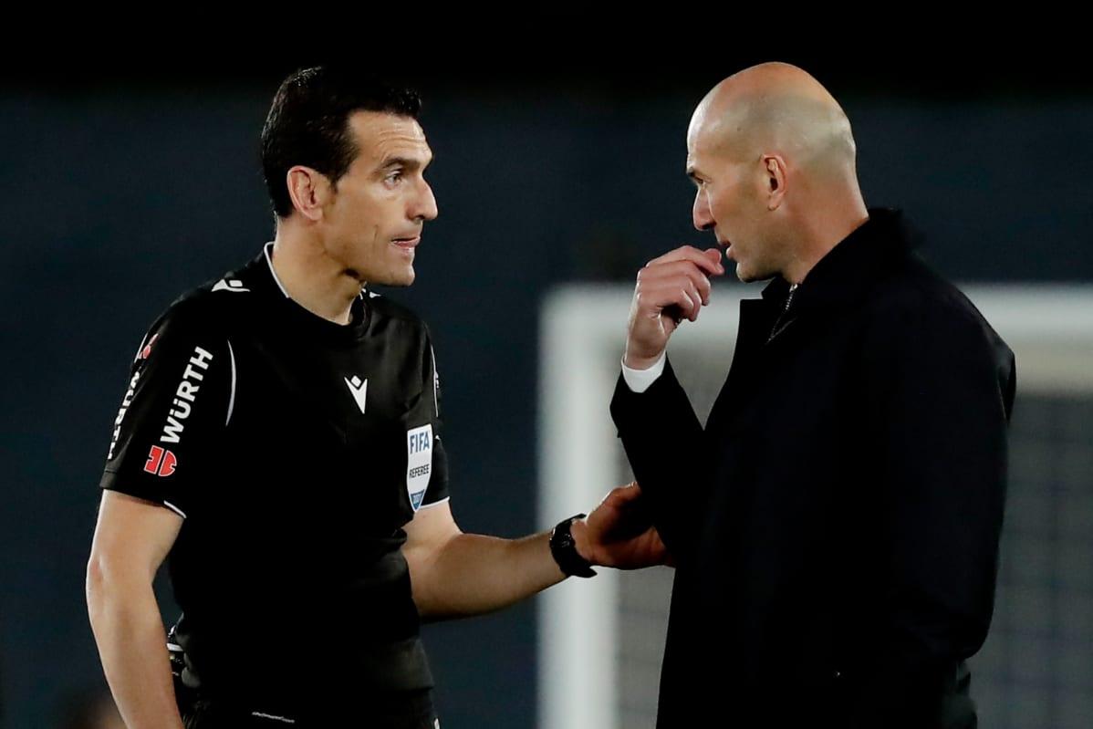 Real Madridin päävalmentaja Zinedine Zidane juttelee erotuomari Juan Martinezin kanssa.