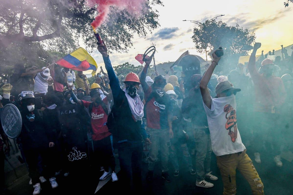 Kolumbialaiset osoittavat mieltään hallitusta vastaan Medellinissä, Kolumbiassa.