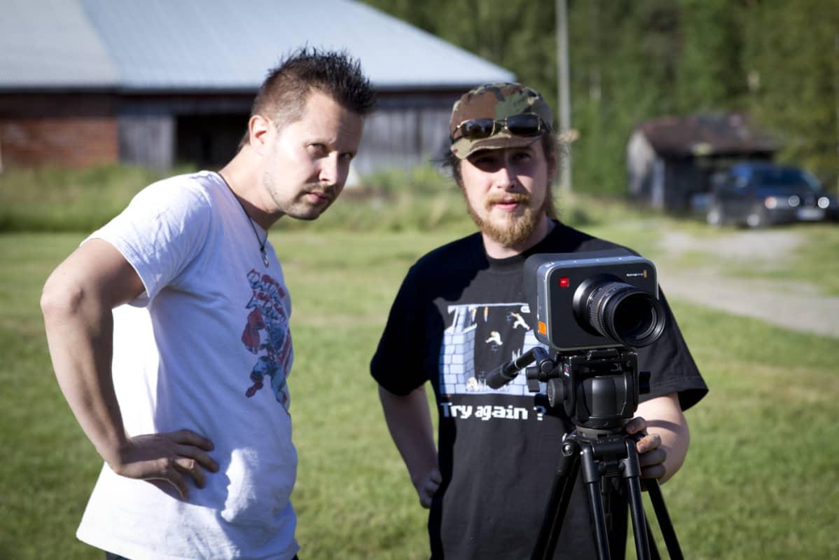 Ohjaaja Tomi Saarijärvi keskustelee kuvaaja Jari Koskisen kanssa seuraavasta kohtauksesta