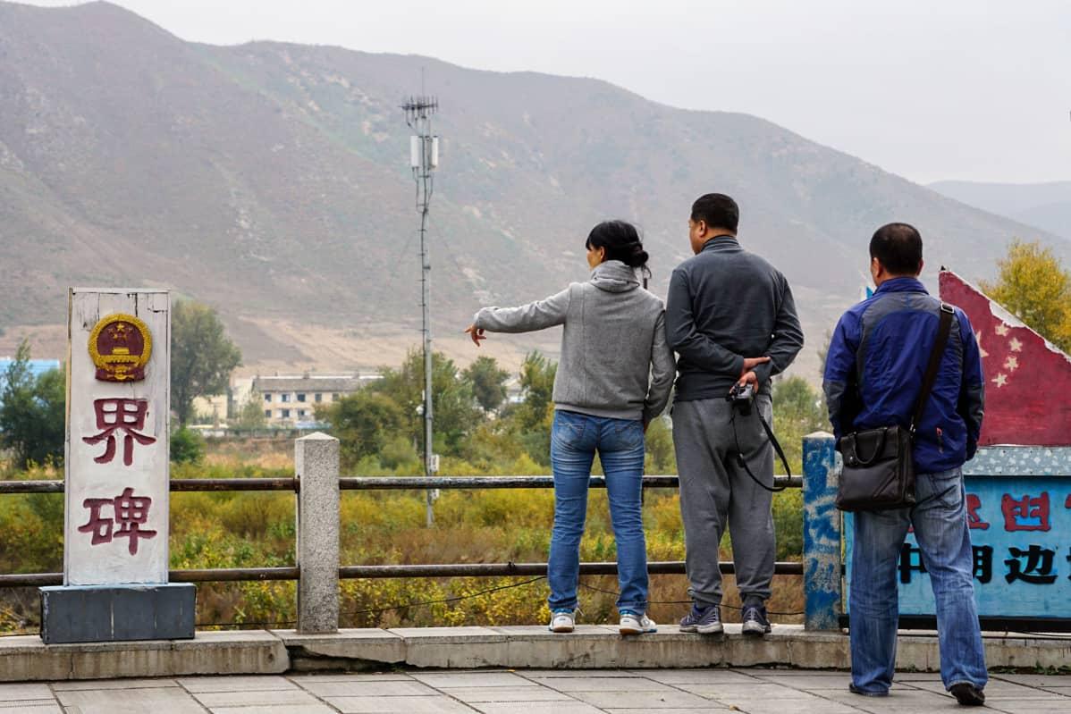 Tumenin kaupunkiin on rakennettu näköalapaikkoja, joissa kiinalaiset ihmettelevät pohjoiskorealaisten elämän ankeutta.