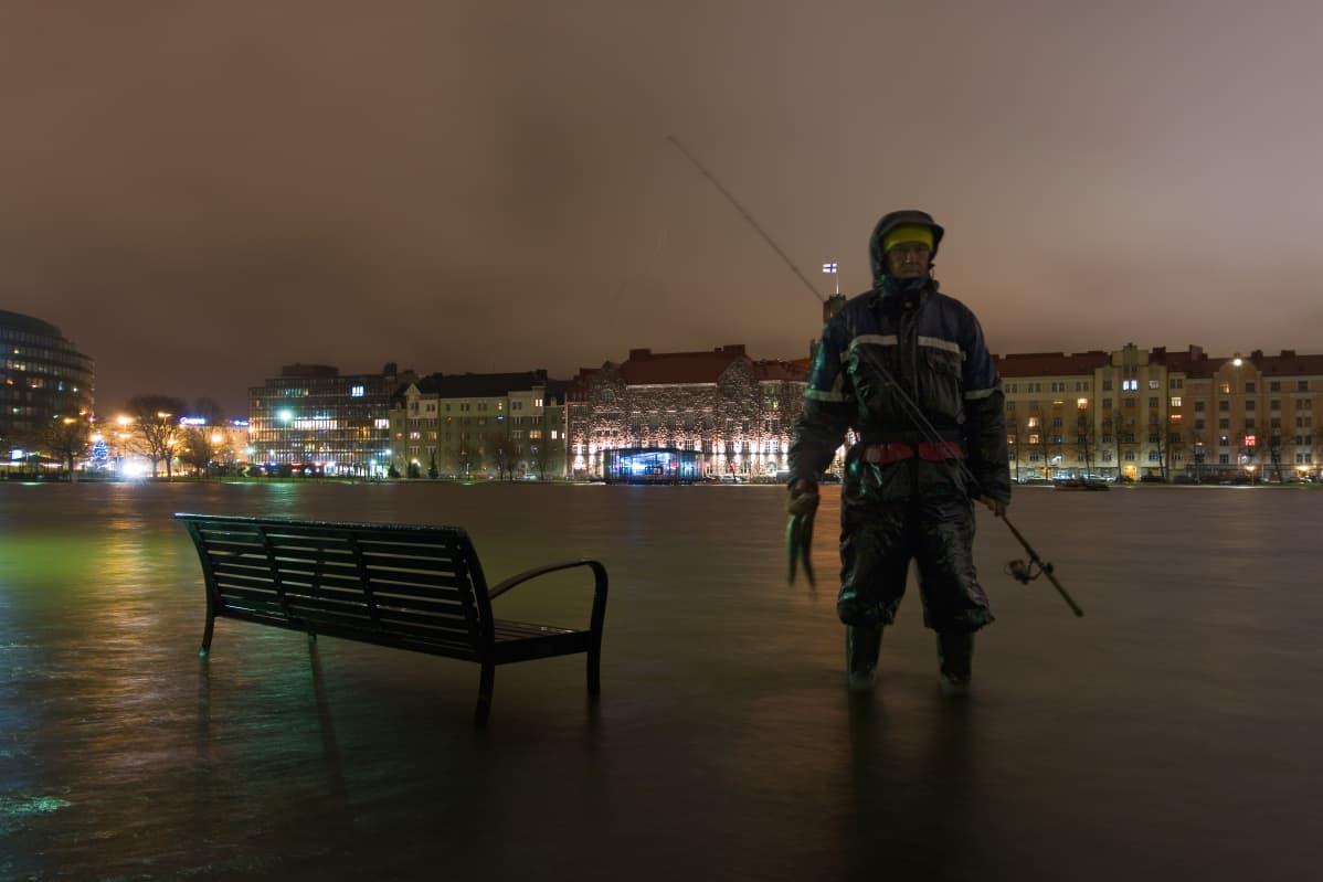 Vesi tulvi itsenäisyyspäivänä Helsingin Hakaniemessä.