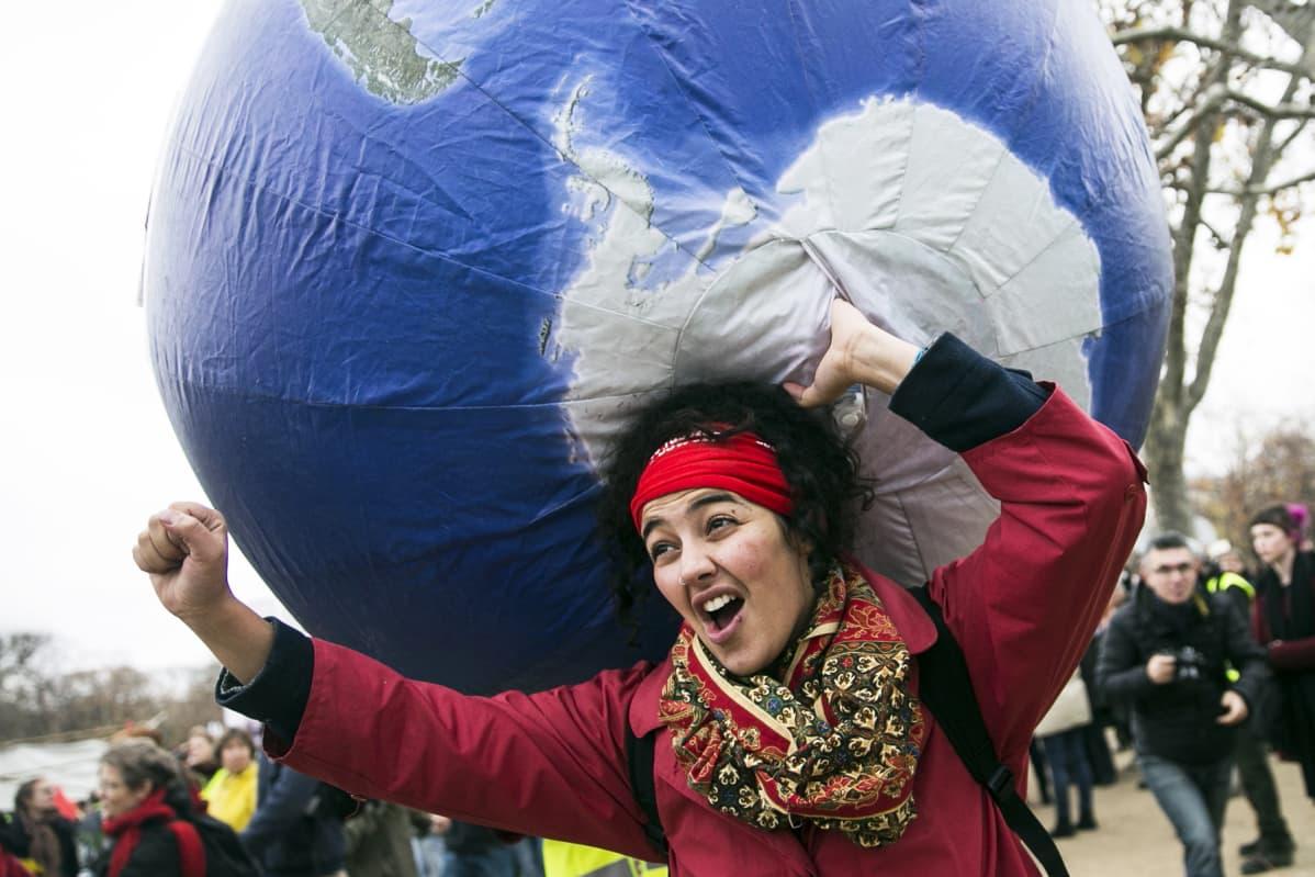 Mielenosoittaja Pariisissa 12. joulukuuta.