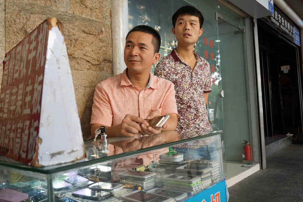 Kännykkäkauppias Shenzhenissä.