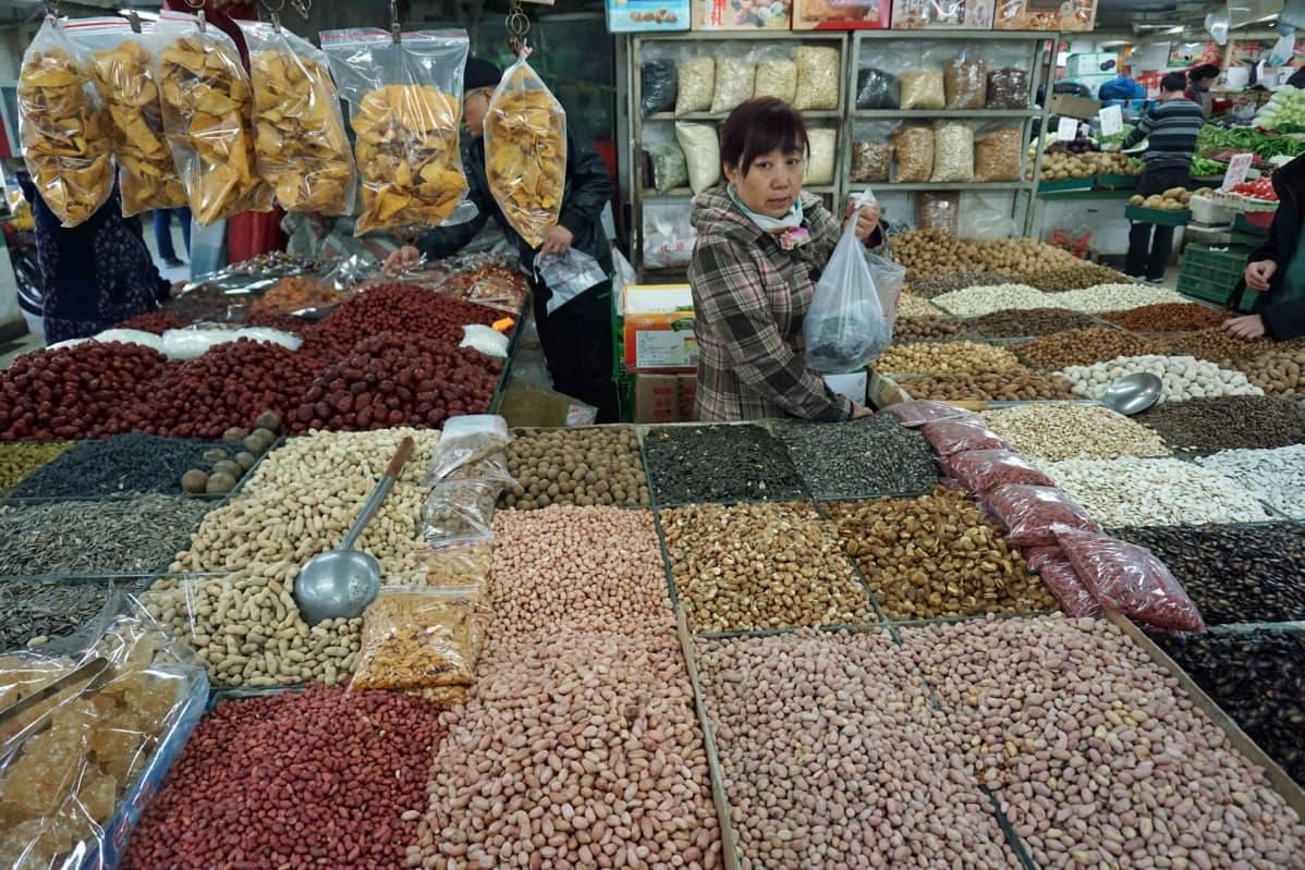 Pähkinöitä myytävänä Pekingin kauppahallissa.