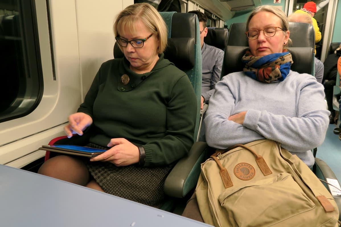 Junamatkalla voi ottaa torkut