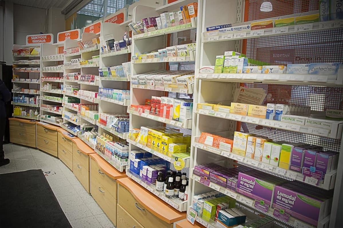 Kuva apteekin lääkehyllystä.