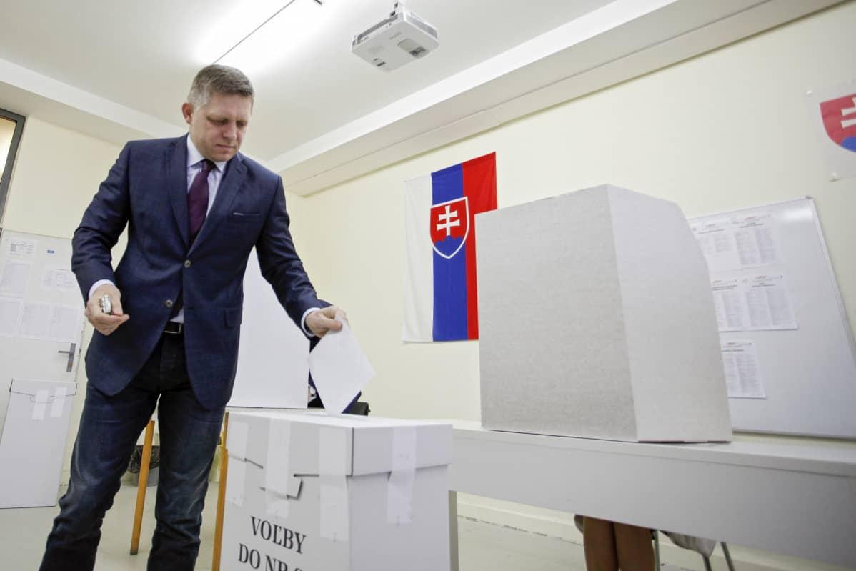 Pääministeri, Smer-SD -puolueen johtaja Robert Fico äänesti Trnavassa, Slovakiassa 5.3. 2016.