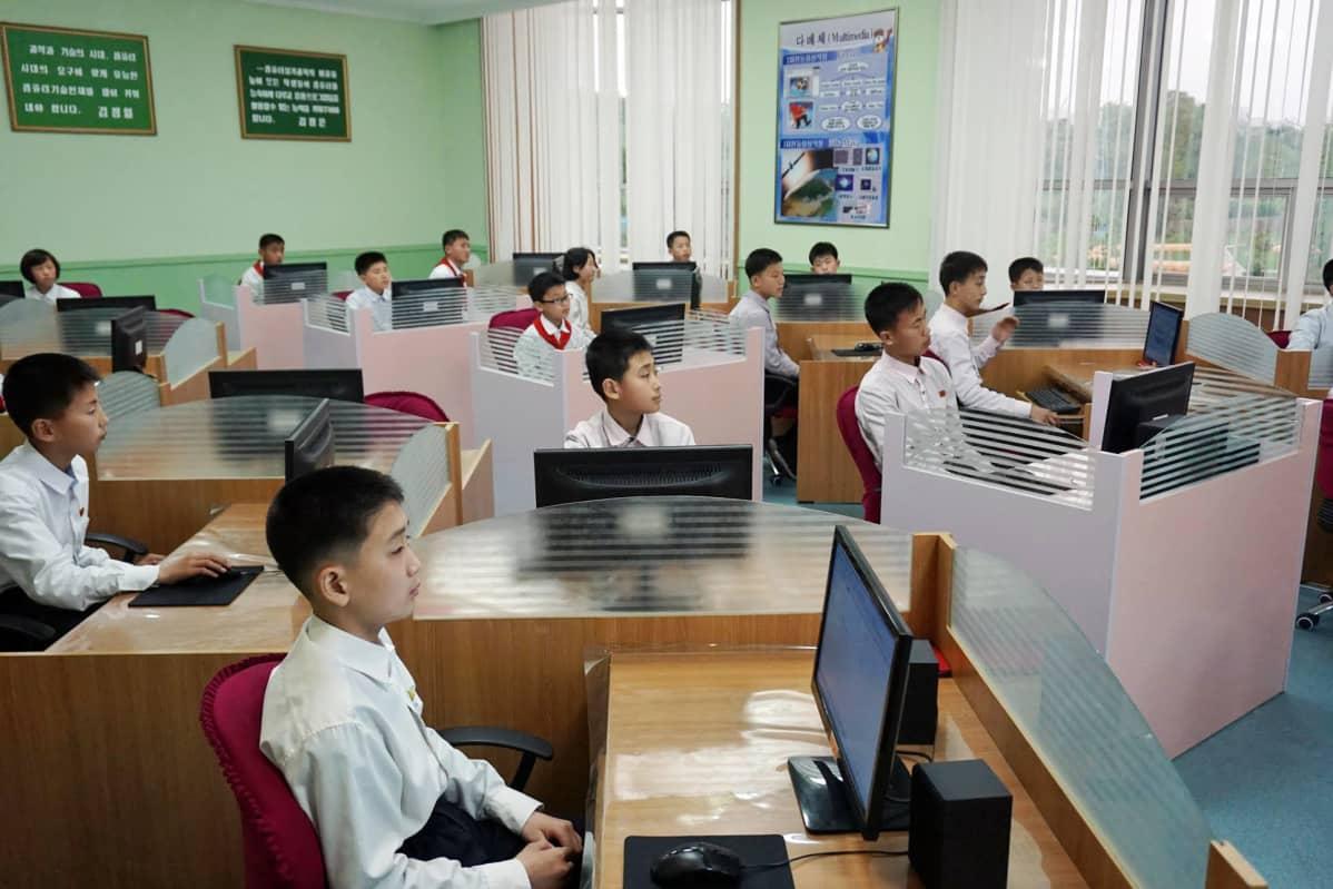Pjongjangin lastenpalatsissa eliitin lapsia kouluikäisiä lapsia opetetaan digitaalisessa kuvankäsittelyssä. Internetiin heitä ei kuitenkaan päästetä.