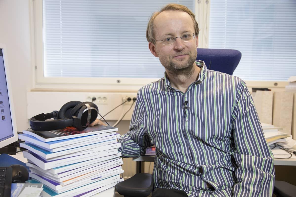 Professori Antti Kurimo Aalto-yliopistosta on ohjannut ison pinon puheentunnistukseen liittyviä väitöskirjoja. Alan tutkijoita on palkattu tekoälyä ja puheentunnistusta kehittävien Googlen ja Amazonin palvelukseen. - Myös julkaisumme luetaan tarkkaan, ja niitä hyödynnetään tuotekehityksessä, hän sanoo.