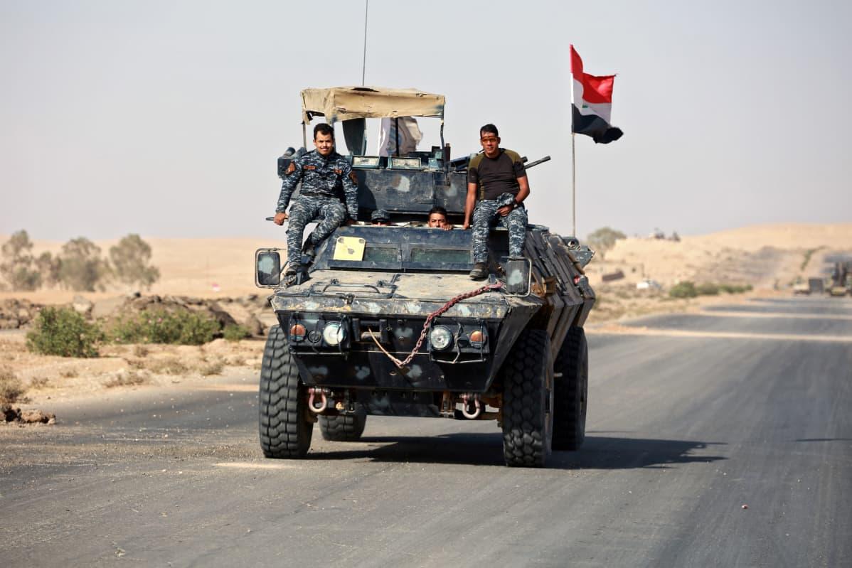 Irakin armeijan sotilaita panssaroidun miehistönkuljetusvaunun päällä.
