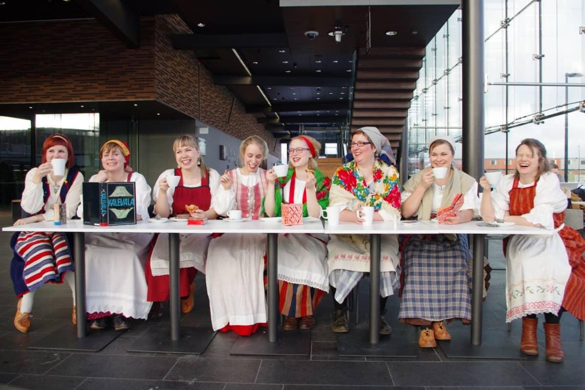 Emmi Kuittinen, Minna-Liisa Tammela, Mari Kalkun, Heidi Haapoja, Amanda Kauranne, Sanne Tschirpke, Kirsvi Vinkki ja Charlotta Hagfors.