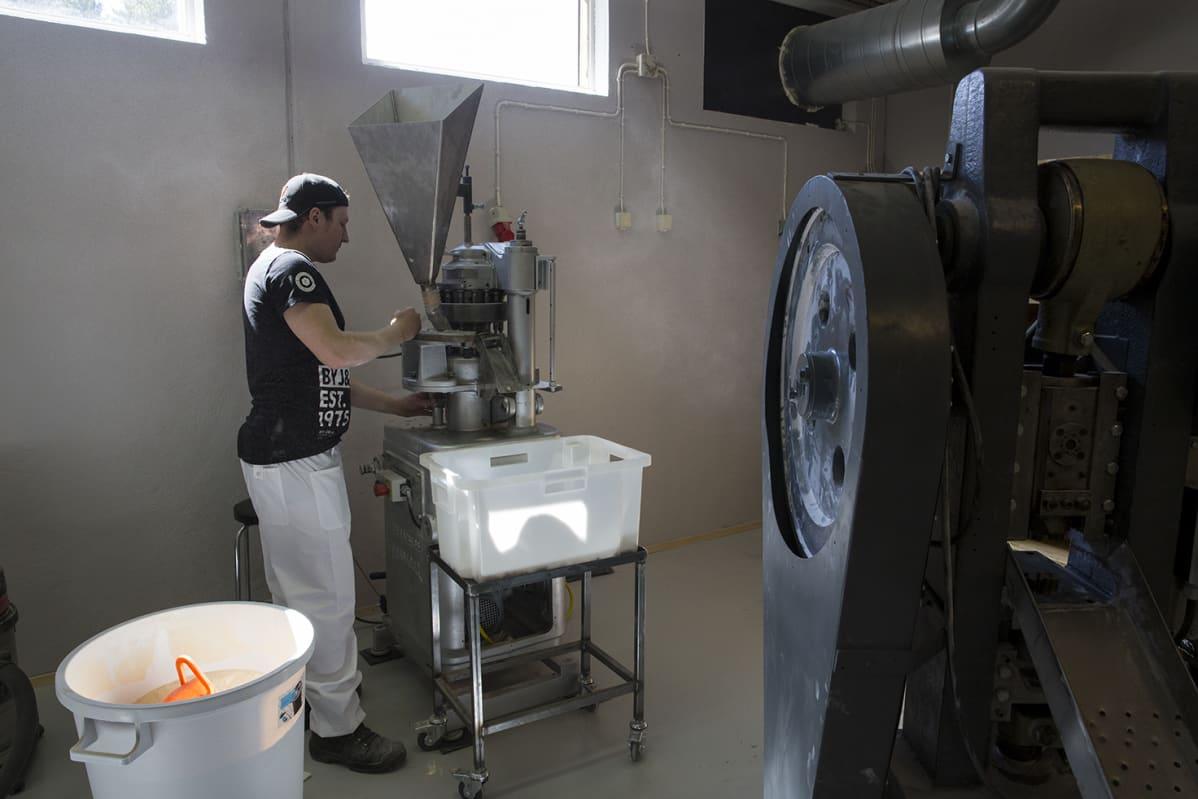 Kivijärveläisen karkkitehtaan Candywellin koneita.
