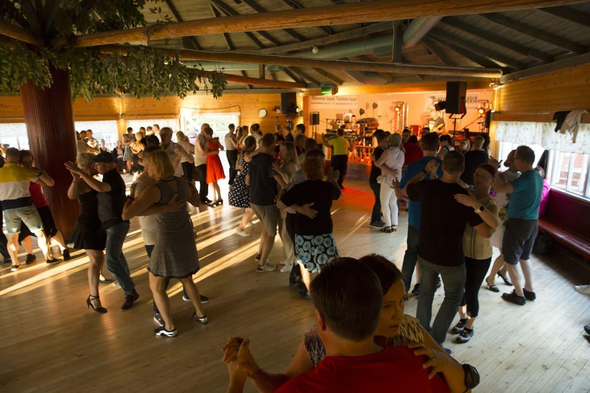 Tanssilavalla väkeä.