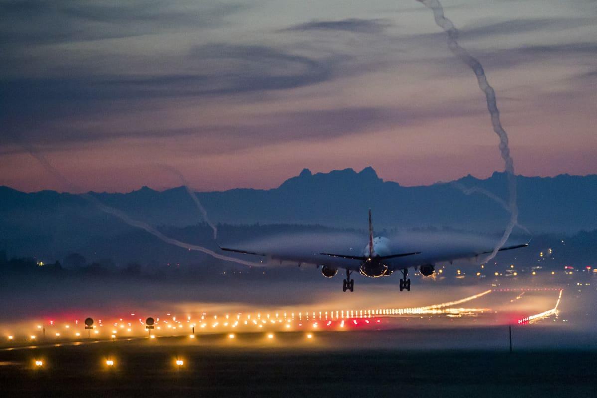 Lentokone laskeutui Zürichin lentokentälle sumuisena aamuna 13. lokakuuta.