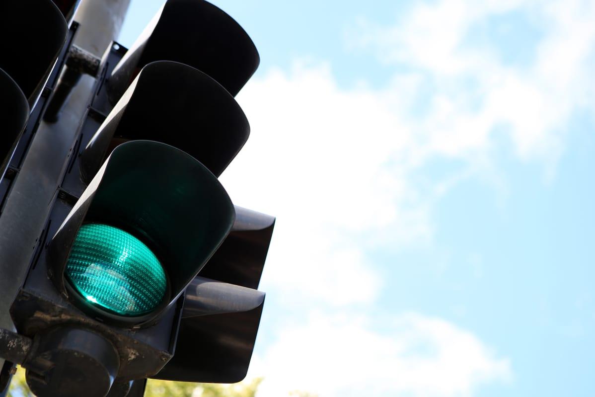 Liikennevalo näyttää vihreää valoa.