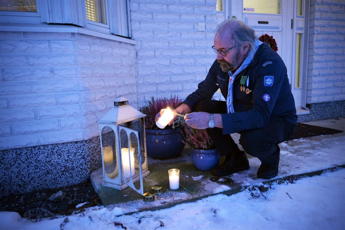 Seinäjokelaisen Kari Takamaan etupihalla palaa joulun ajan Betlehemin rauhantuli.