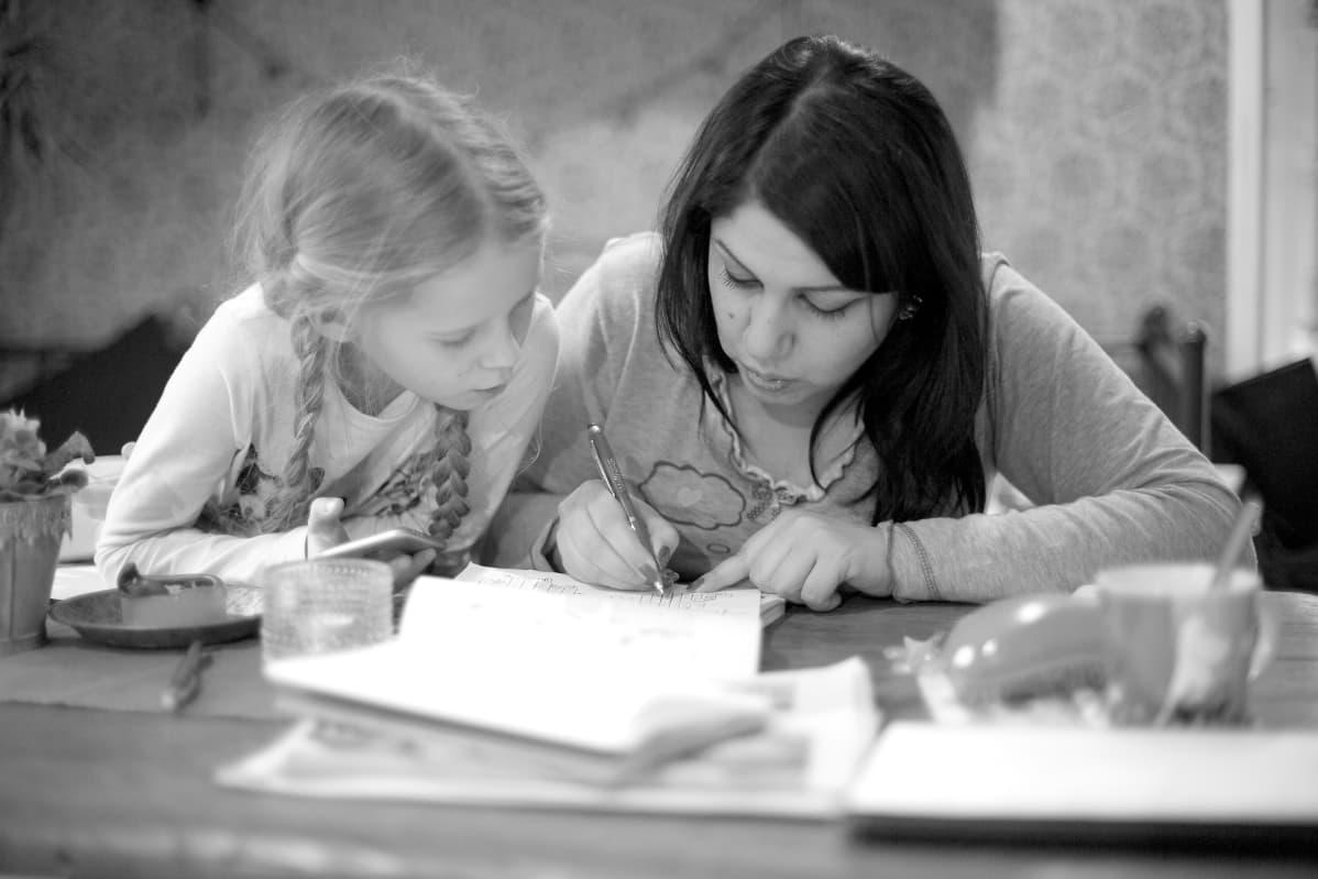 Karoliina Ekin tytär Tinka Andersson auttoi Sahar Jameelia suomen kielen läksyissä. Samalla tyttö oppi itse arabian alkeita.