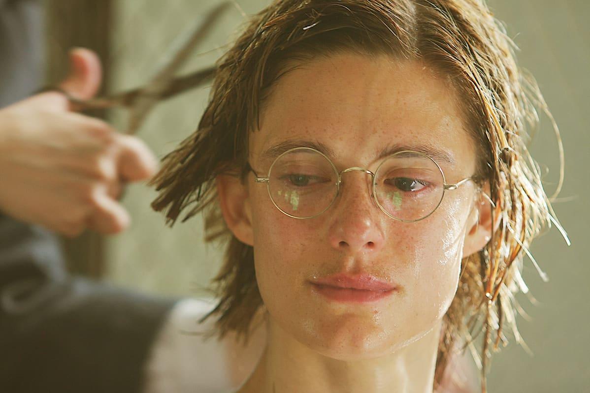 Krista Kosonens Helena får håret avklippt som straff.