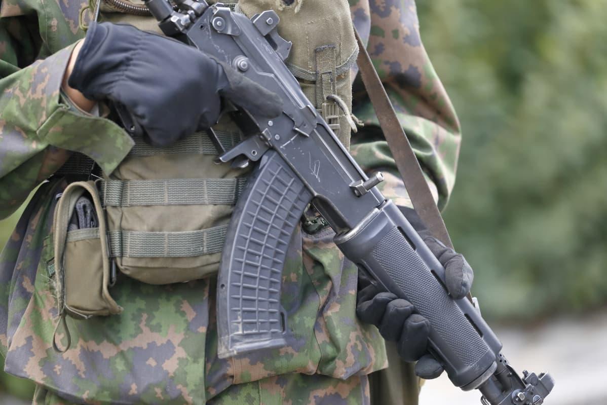 Militär med ett stormgevär i handen.