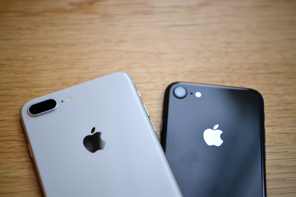 Lähikuva kahdesta Applen valmistamasta iPhone-älypuhelimesta.