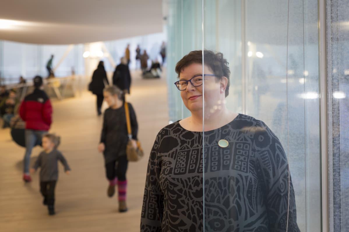 Yleisten kirjastojen konsortion puheenjohtaja Virva Nousiainen-Hiiri on mukana suunnittelemassa Suomeen valtakunnallista e-kirjastoa.