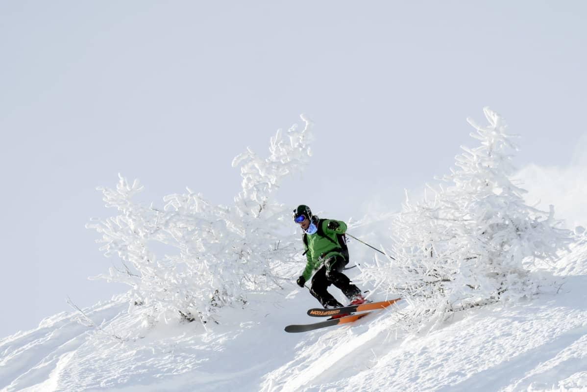 Vapaalaskija lumisessa rinteessä.
