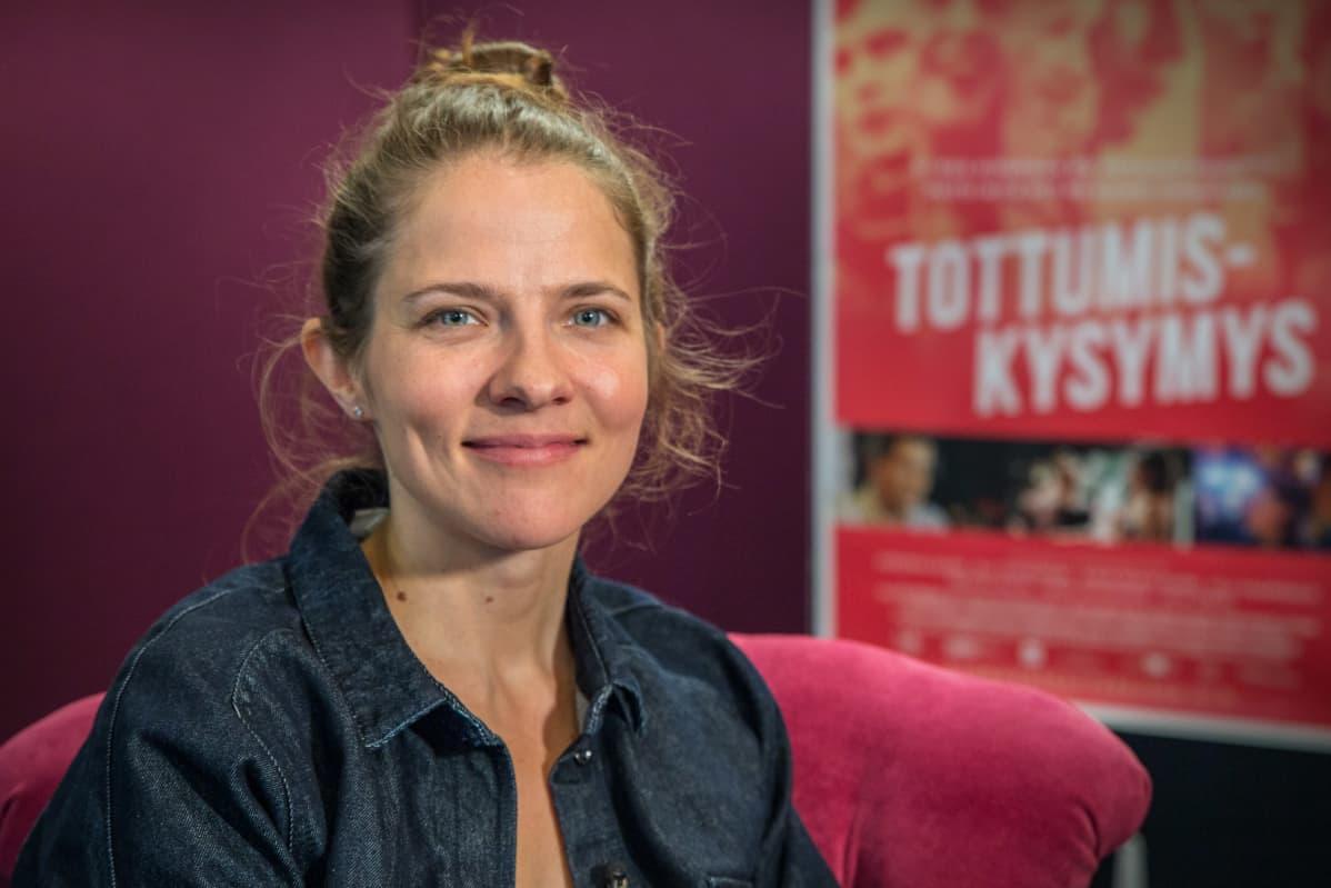 Potrettikuvassa, näyttelijä, Anna Paavilainen.
