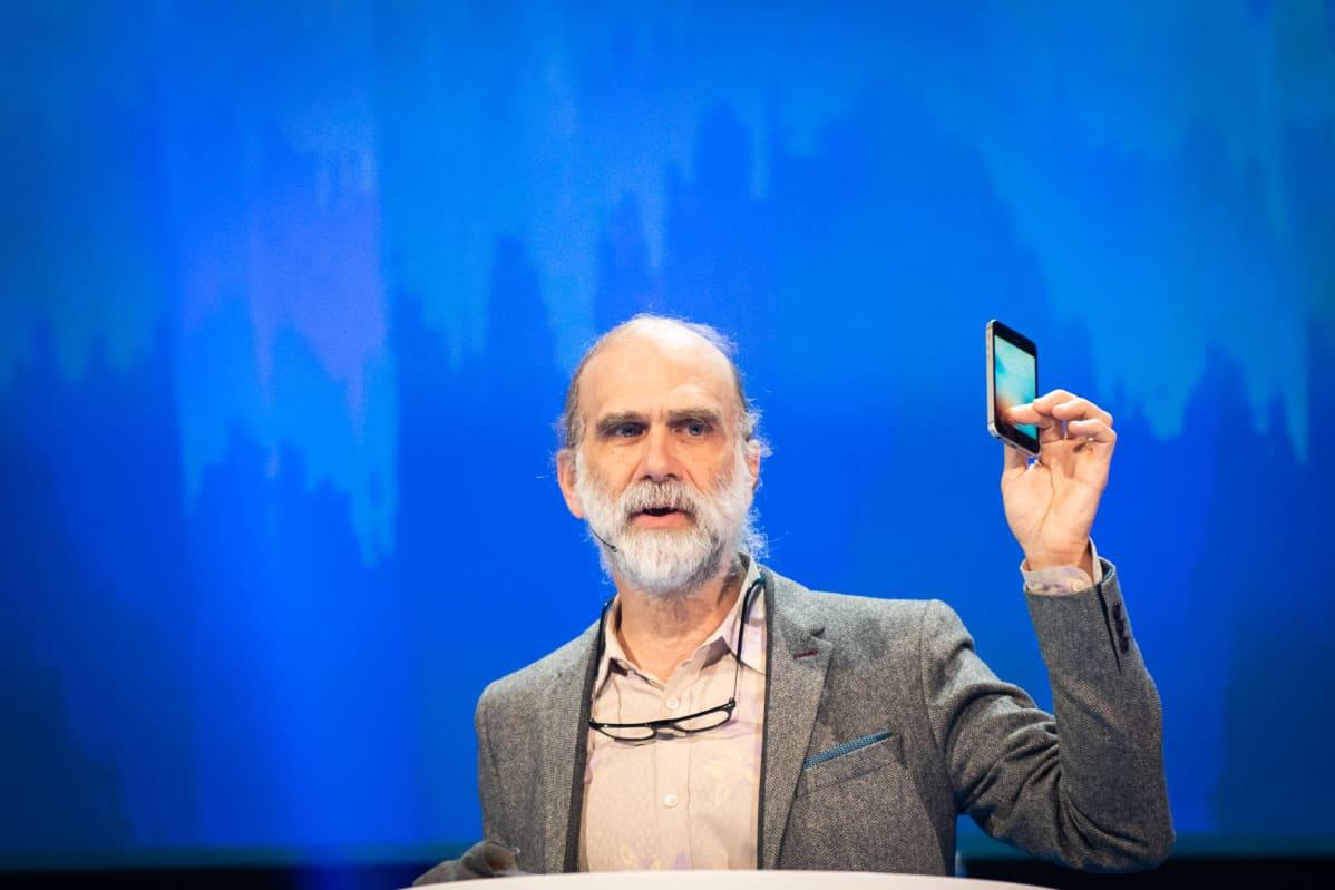 Bruce Schneier on yhdysvaltalainen tietoturva-asiantuntija. Hän on kirjoittanut useita kirjoja tietoturvasta ja kryptografiasta.