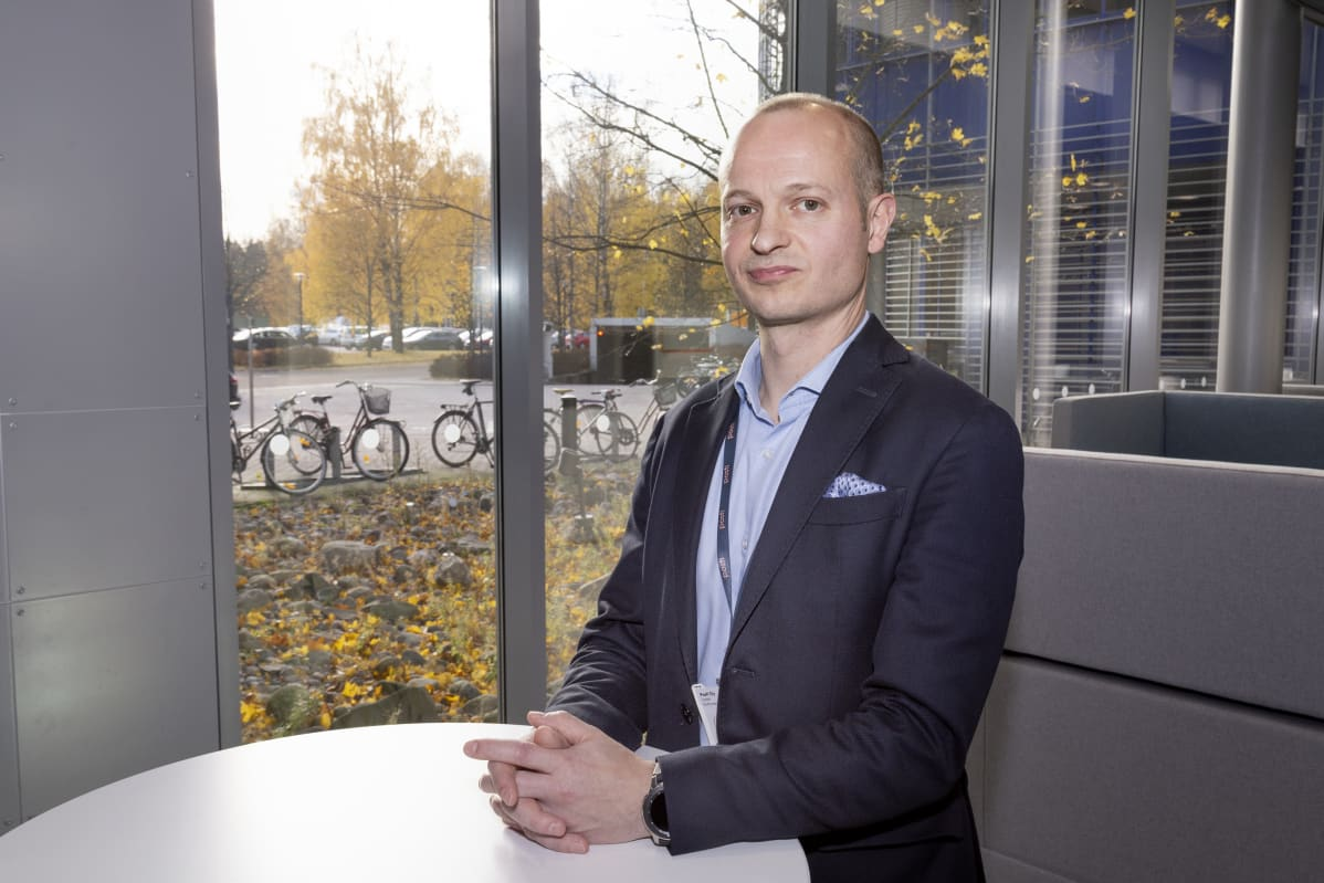 Postin palveluverkoston johtaja Lasse Huttunen lupaa parantaa pakettien ohjaus- ja lajitteluprosessia.