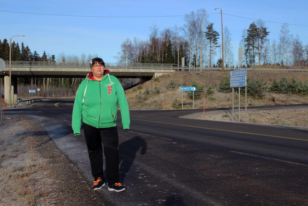 Kati Welling-Syrjänen seisoo Uutelan liittymän edustalla Mäntyharjulla.