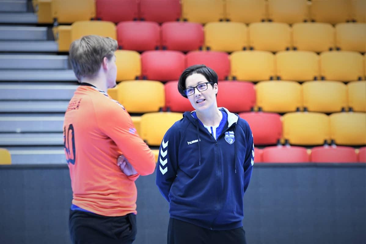 Vanja Radic och målvakten Mikael Mäkelä på handbollslandslagets träningar.