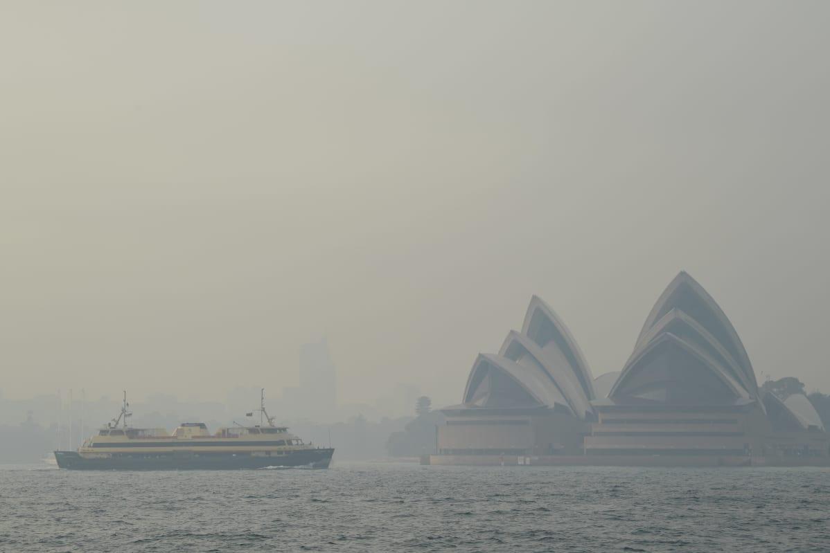 Maastopalon savu peittää Sydneyn oopperatalon.