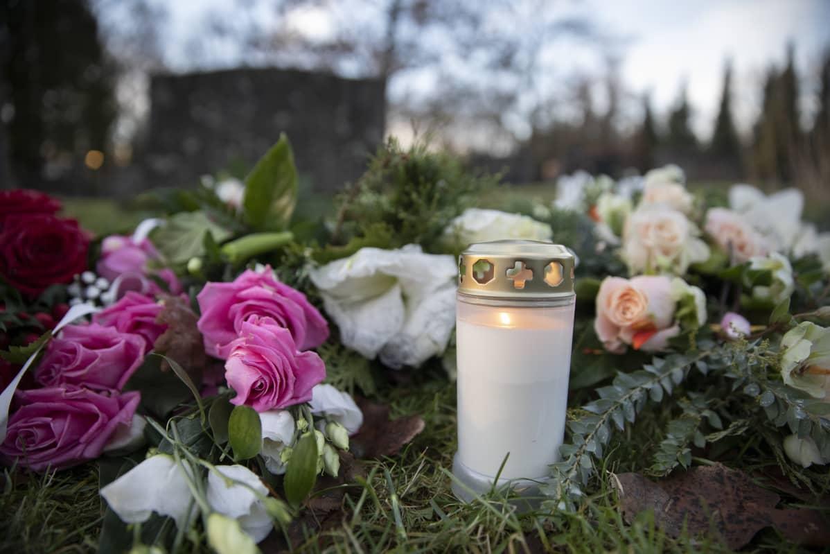 kynttilöitä ja kukkia hautausmaalla