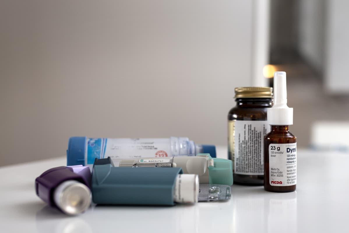 Tammilehdon lääkkeitä pöydällä