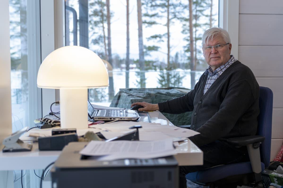 Hannu Heinonen maisemakonttorissaan kotonaan.