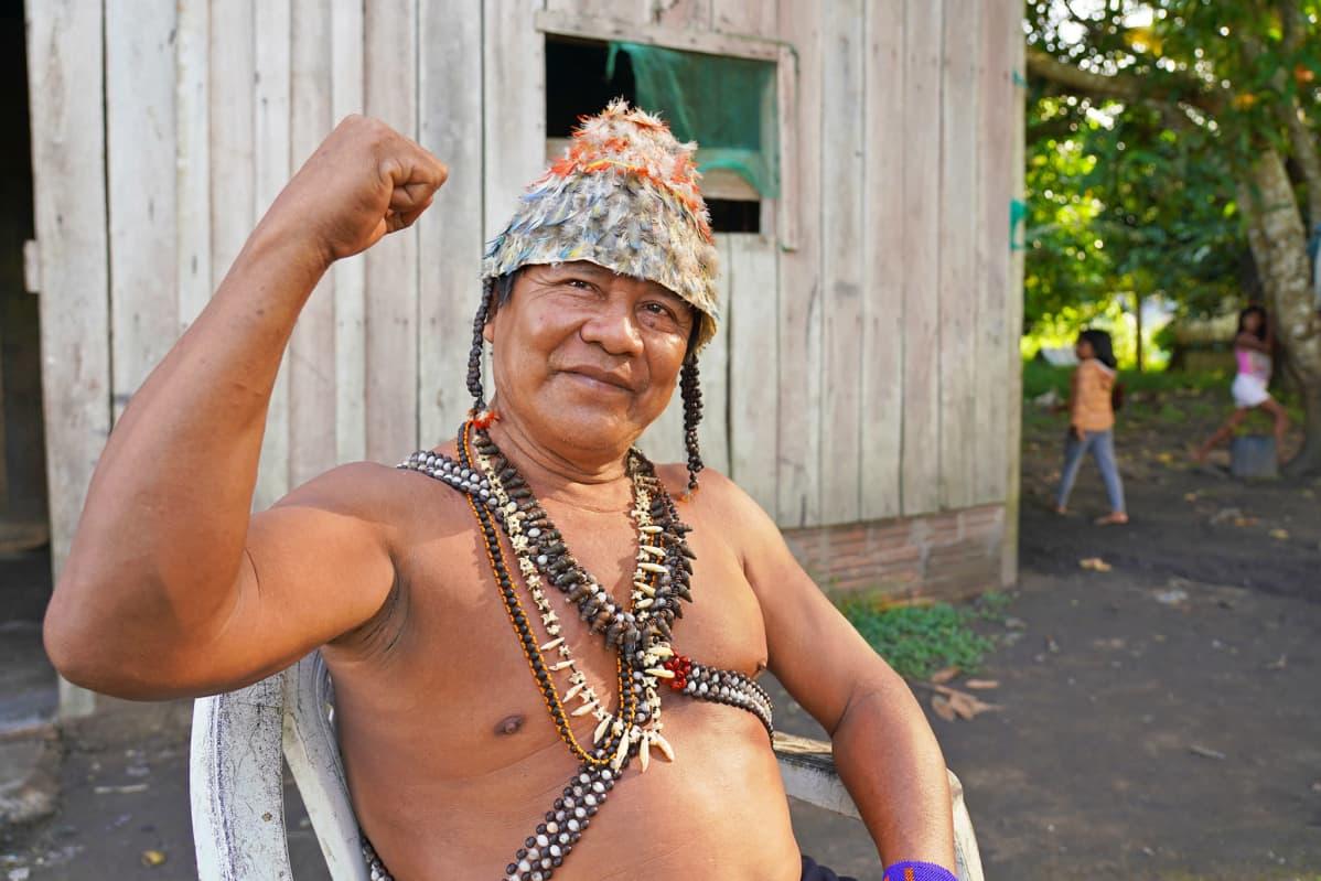Mundurukuintiaanien Sawré Muybu -kylän päällikkö Juarez Saw.