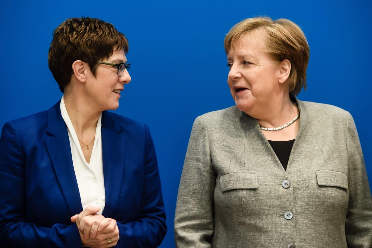 Annegret Kramp-Karrenbauer ja liittokansleri Angela Merkel Berliinissä CDU:n päämajassa maanantaina,