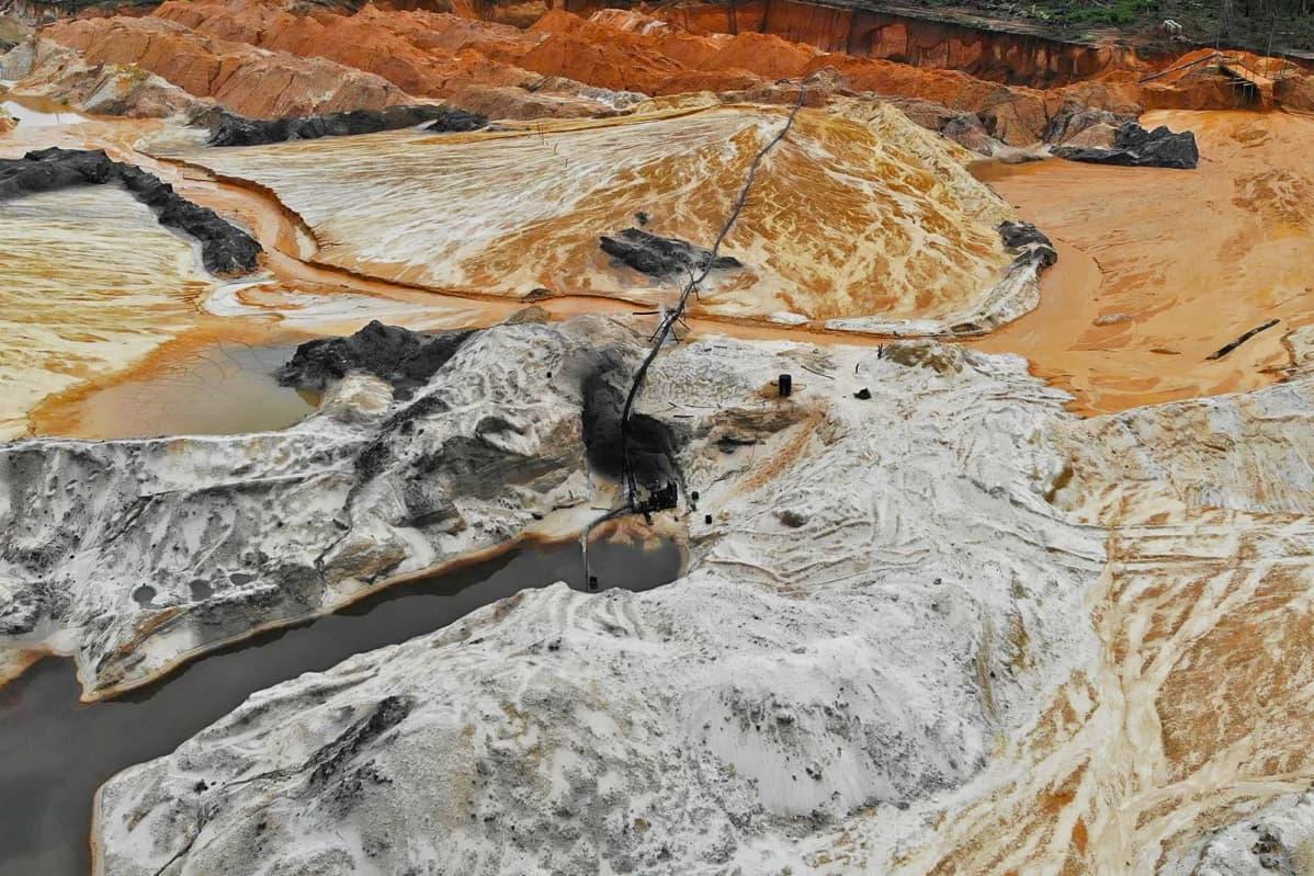 Ilmakuva kultakaivoksen jätevesialtaista Castelo dos Sonhosin lähellä Brasiliassa