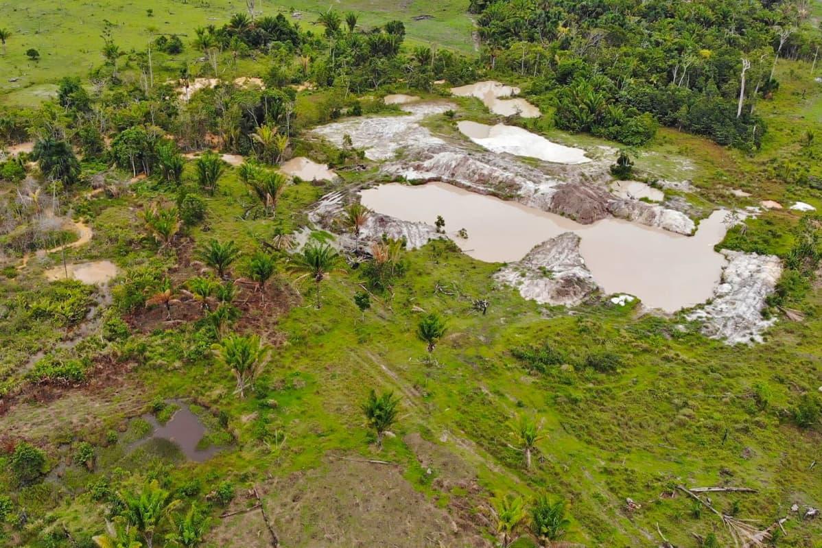 Ilmakuva hylätyn kultakaivoksen jätevesialtaista Parán osavaltiossa Brasiliassa