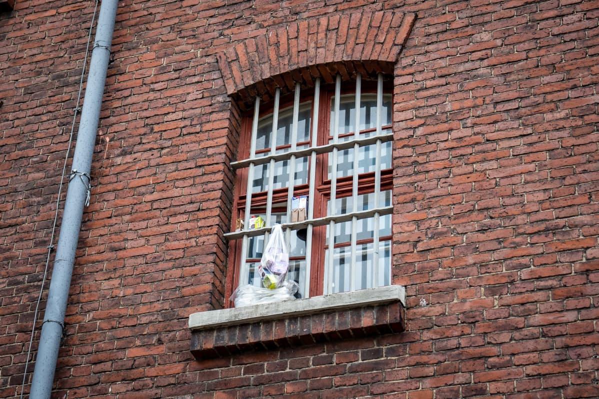 Vankilan ikkuna jossa ruokaa jäähtymässä, Helsingin vankila