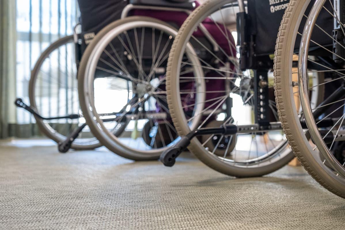Lähikuvaa pyörätuoleista